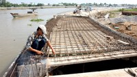 A file photo of the construction site of a river embankment in the Mekong Delta Province of Vinh Long. Photo: VNA