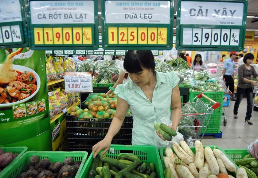 A file photo of a consumer shopping at a supermarket in Hanoi. Photo: Ngoc Thang