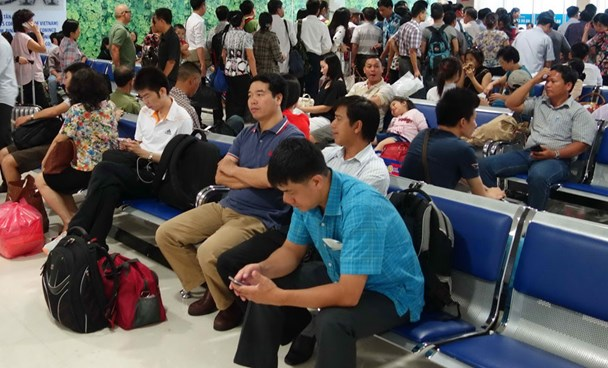 A file photo of passengers of a delayed flight at Tan Son Nhat Airport. Photo: Bach Duong