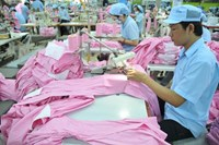 Led by garments and tech products, HSBC expects Vietnam's exports to grow by more than 11 percent per year between 2014 and 2020 (Photo: D.D.M)
