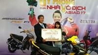 Wushu gold medalist of the 2014 Asian Games Duong Thuy Vi receives award granted by Yamaha Motor Vietnam on Tuesday. Photo: Bao Van