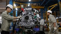 Men work with an engine at automaker Ford Vietnam's factory in Vietnam's northern Hai Duong Province on June 27, 2014. Photo: Reuters