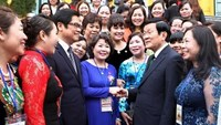Vietnamese President Truong Tan Sang (2nd, R) meets the country's outstanding businesswomen. Photo: Nguyen Khang