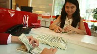 The central bank depreciates the dong to cool down the forex market. Photo: Ngoc Thach
