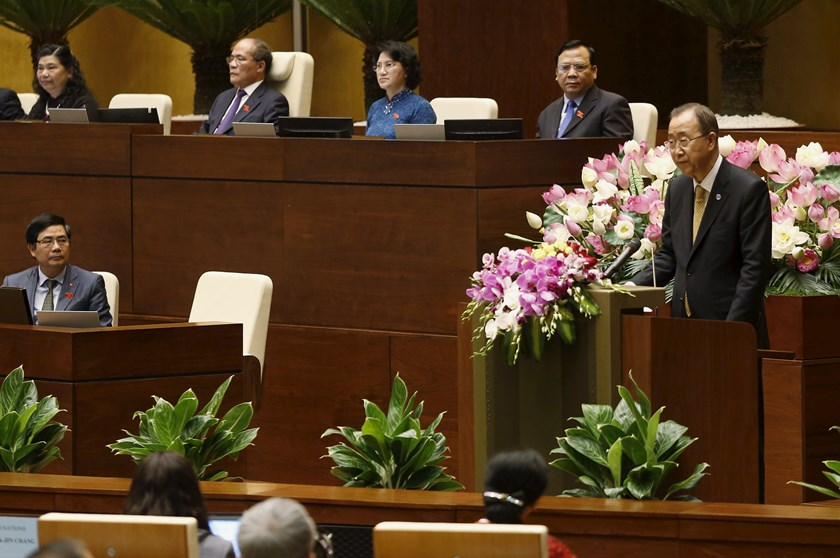 United Nations Secretary-General Ban Ki-moon (R) addresses a session of Vietnam's National Assembly (Parliament) in Hanoi May 23, 2015. Photo: Reuters