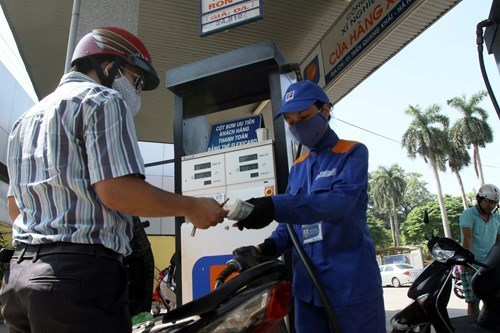 A man pays for a refill at a gas station in Hanoi. Photo: Ngoc Thang