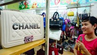 Handbags under the brands of Chanel, Hermes are sold for US$10-30 each in shops in Hanoi's Hang Ngang Street. Photo: Ngoc Thang