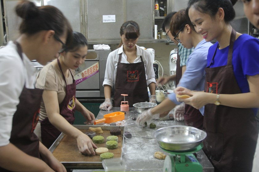 Women, mostly white-collar ones, have rushed for learning to make mooncakes, which are eaten every Mid-Autumn Festival, an annual holiday celebrated on the 15th day of the eighth lunar month, or September 27 this year. Photo: A Thinh