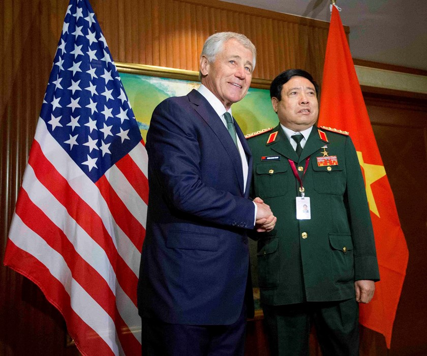 US Defense Secretary Chuck Hagel meets with Vietnam's Defense Minister Phung Quang Thanh (R) before the start of their meeting in Singapore May 31, 2014. Hagel traveled to Singapore to attend the 13th Asia Security Summit. Photo credit: Reuters