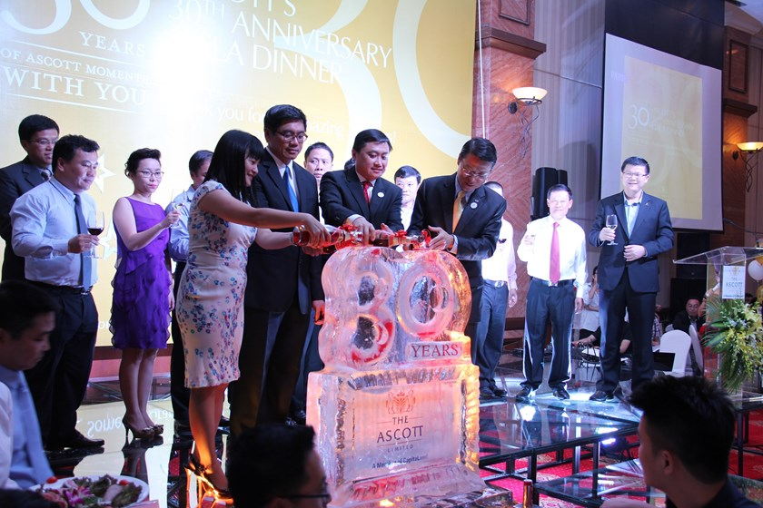Ng Teck Hean (2nd L), Singapore's Ambassador to Vietnam, graces the thanking gala dinner at Ascott's 30 years celebration at Somerset Grand Hanoi on June 20, 2014. Photo credit: Ascott