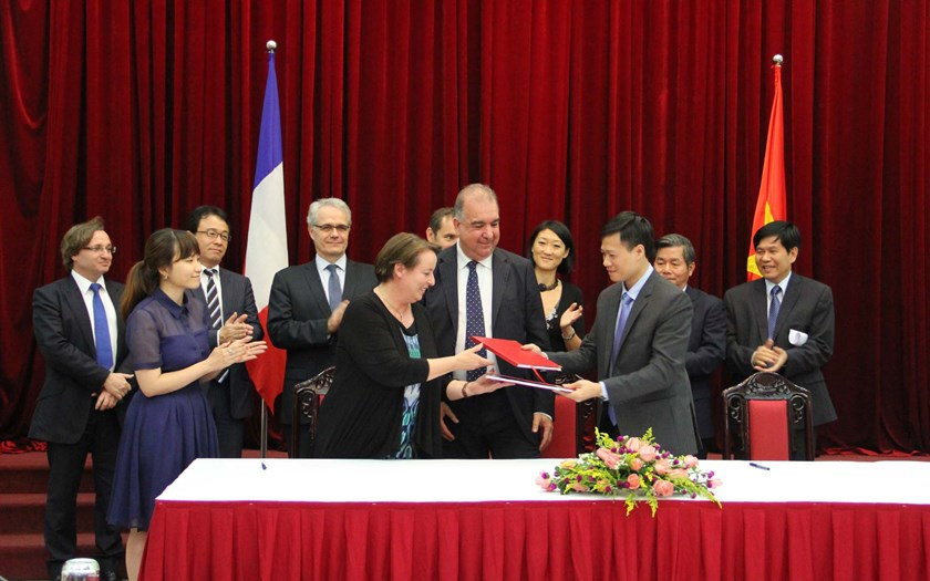 Front row: Agnès Arcier (2nd L), deputy general manager of ADETEF; Gilles Péqueux (2nd R), international relations manager of Egis International; and Le Van Tang, head of public procurement at the Ministry of Planning and Investment of Vietnam at the sign