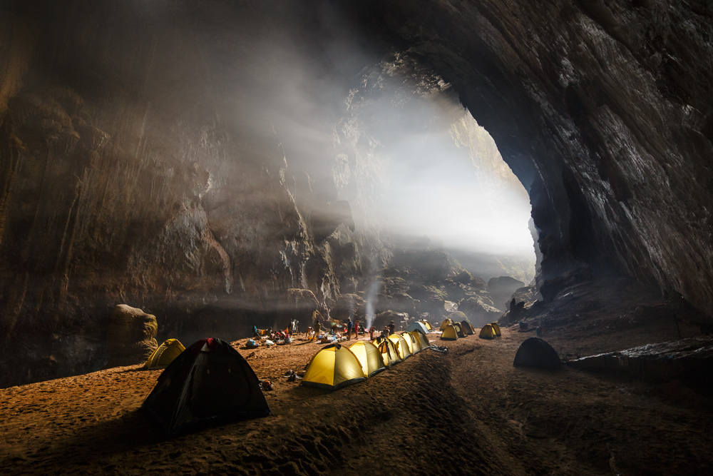 Vietnam authorities suspend tours to world's largest cave