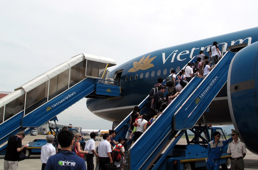 Passengers board a Vietnam Airlines plane at Noi Bai airport in Hanoi. Photo: Ngoc Thang