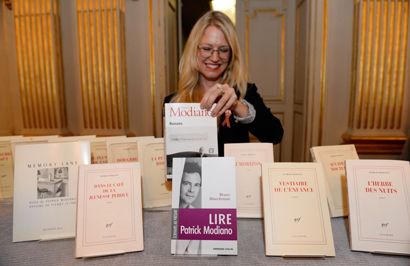 A woman presents books by Patrick Modiano of France who was announced as the winner of the 2014 Nobel Prize in Literature on October 9, 2014 at the Royal Swedish Academy in Stockholm, Sweden. Photo: AFP
