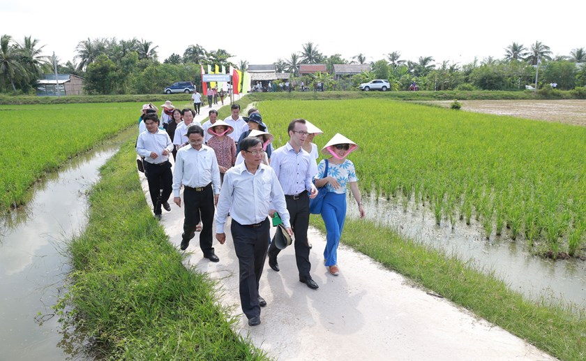 New Zealand Ambassador to Vietnam Haike Manning (C) and Ben Tre officials walk down a New Zealand-funded road on October 1, 2014. The road, open to traffic last June, helps locals get out of their village in case of storms. Photo: Thao Vi