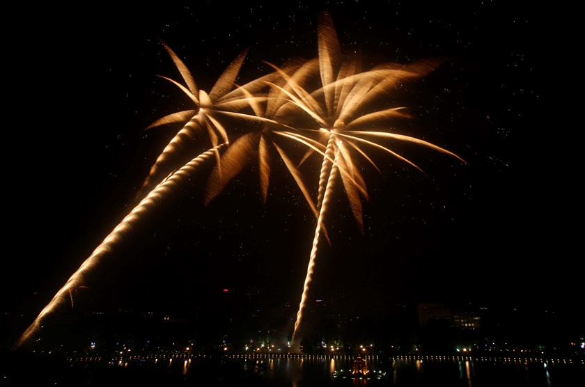 Fireworks explode over Hoan Kiem Lake to mark the 60th anniversary of Hanoi's liberation--October 10, 2014. Photo: Reuters