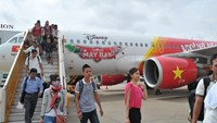 Passengers leave a VietJet plane at Tan Son Nhat airport in Ho Chi Minh City. Photo: Diep Duc Minh