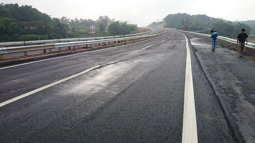 A long crack on the brand-new Noi Bai - Lao Cai Expressway. Photo: Mai Ha