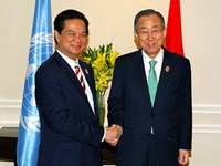 Vietnam's Prime Minister Nguyen Tan Dung shakes hand with United Nations Secretary-General Ban Ki-moon