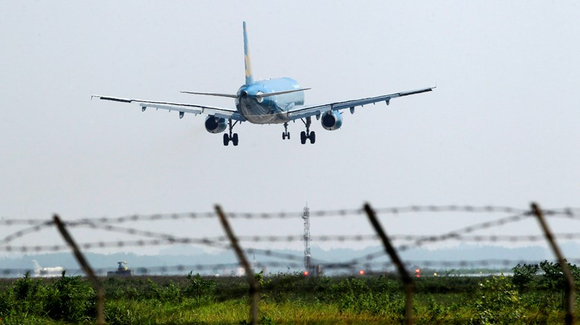 A Vietnam Airlines aircraft prepares to land at Noi Bai airport in Hanoi on November 14, 2014. Photo credit: Reuters