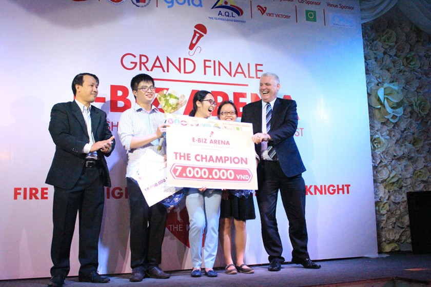 Brian O'Reilly (1st, R), President of AusCham Vietnam, awards the champion of the E-Biz Arena contest, which wrapped up November 24 in HCMC. Photo credit: FTU