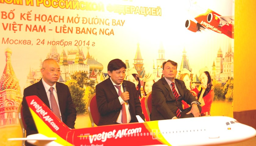 Nguyen Thanh Hung (C), vice chairman of Vietjet, announces a plan to launch flights connecting Vladivostok and Vietnamese cities at a press briefing in Moscow, Russia on November 24, 2014. Photo credit: Vietjet