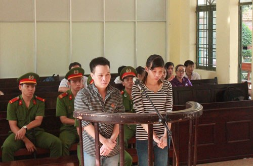 Do Trong Minh (left) and Nguyen Thi Thuy Trang seen at the trial in Binh Duong Province on December 5, 2014. Photo: Do Truong