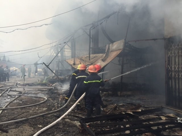 Firefighters battle flames at Nhat Tan Market in Hanoi on December 11, 2014. Photo credit: Tuoi Tre