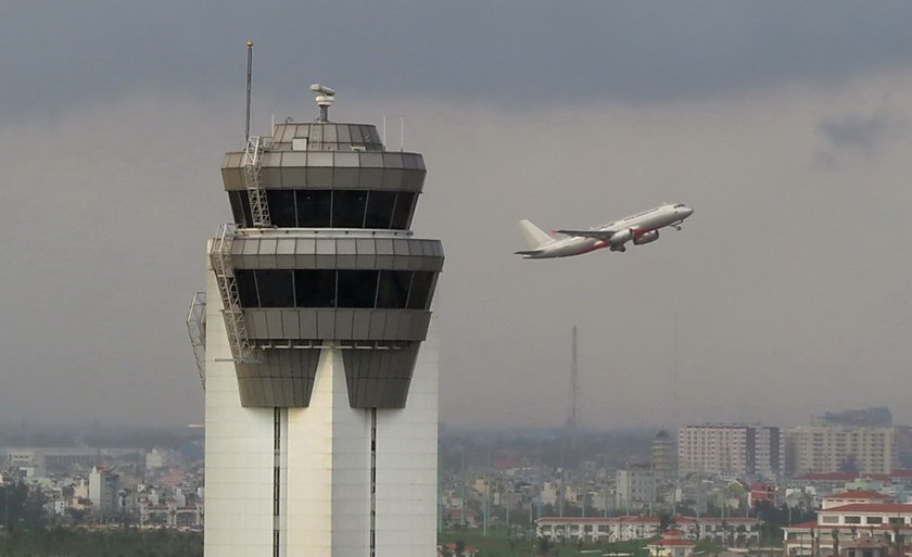 An aircraft takes off behind the Ho Chi Minh City Area Control Center, which directs every plane going in and out of southern Vietnam. The tower suffered a 90-minute blackout on November 20, 2014 that has affected dozens of flights. Photo: Bach Duong