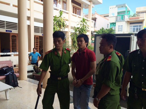 Police take Tong Hoang Phuc (center) to the court in O Mon District, Can Tho City on December 11, 2014. Photo: Mai Tram