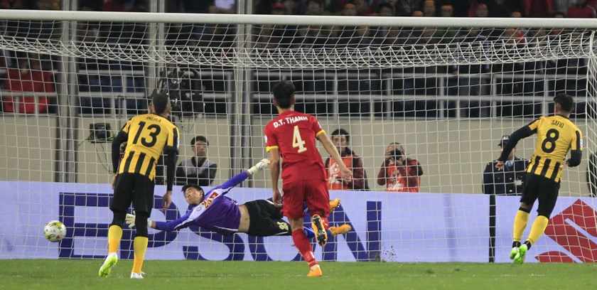 Malaysian soccer player Safiq bin Rahim (R) shoots a penalty kick and scores against Vietnam during their second leg of the ASEAN Football Federation Suzuki Cup 2014 semi-final at My Dinh Stadium in Hanoi on December 11, 2014. Photo credit: Reuters