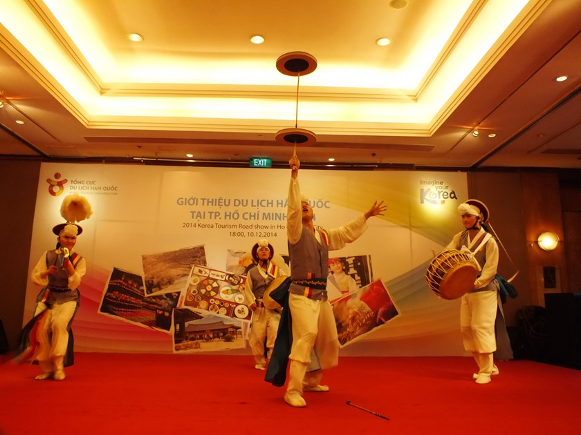 Korean dancers perform Hongtaryeong, a traditional Korean dance, at a roadshow in Ho Chi Minh City on December 10, 2014. Photo: Thao Vi