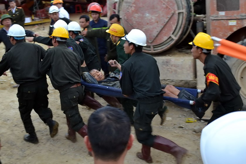 Rescuers bring the first man among the trapped workers out  of the collapsed tunnel on December 19, 2014. Photo: Doc Lap