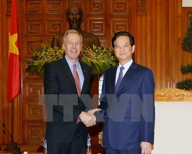 Vietnam's Prime Minister Nguyen Tan Dung (right) shakes hand with US Ambassador to Vietnam Ted Osius during their meeting in Hanoi on January 7, 2015. Photo credit: VNA