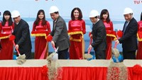 Transport Minister Dinh La Thang (2nd from left) and Deputy Minister Nguyen Hong Truong (1st from right) seen at the groundbreaking ceremony to build Trang Thua and Cong Neo bridges on January 3, 2015. Photo credit: Tuoi Tre