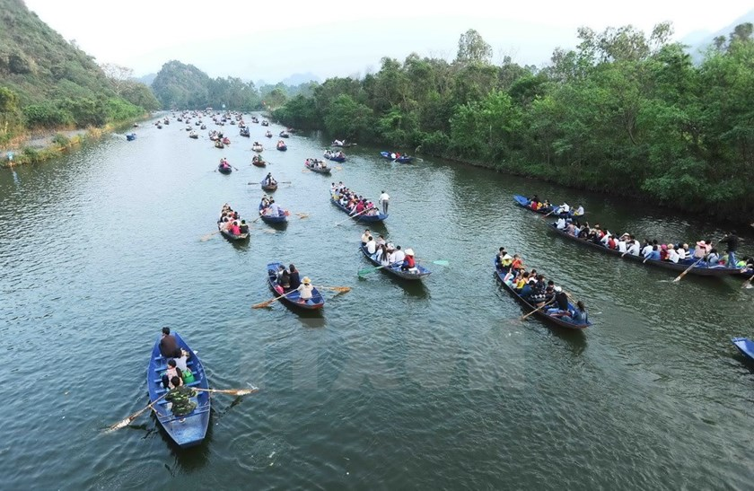 People travel on boats on the Yen Stream as they proceed to attend the Huong Pagoda Festival. Photo: Vietnam Plus