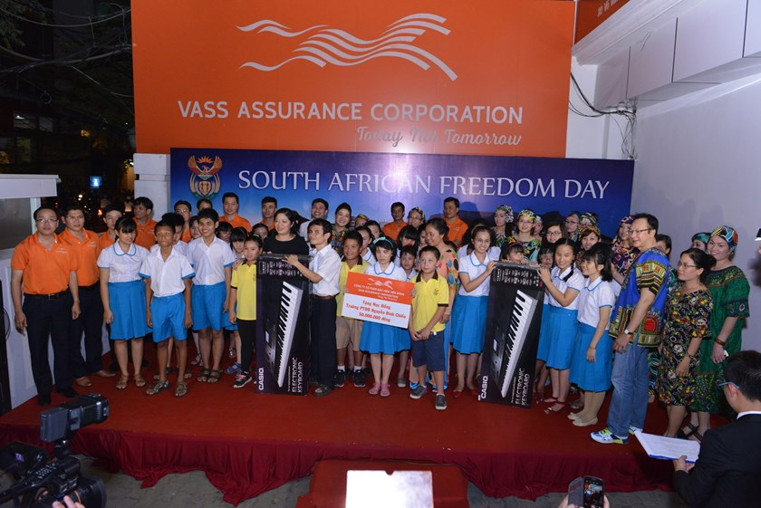 The South African Honorary Consulate and VASS Assurance Corp. granted scholarships and two electronic organs to the blind students at Nguyen Dinh Chieu School in Ho Chi Minh City on April 21, 2015. Photo supplied