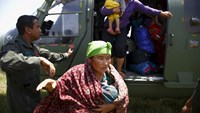 A mother carrying her 22 day-old infant alights from an helicopter after being airlifted from Sindhupalchok District, following last week's earthquake in Nepal May 3, 2015. Photo: Reuters