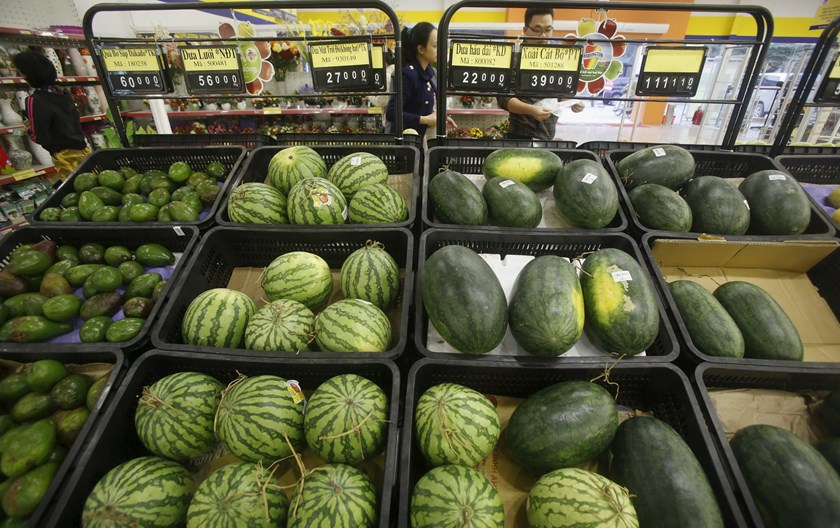 People shop for fruits at a supermarket in Hanoi on March 26, 2015. Photo credit: Reuters