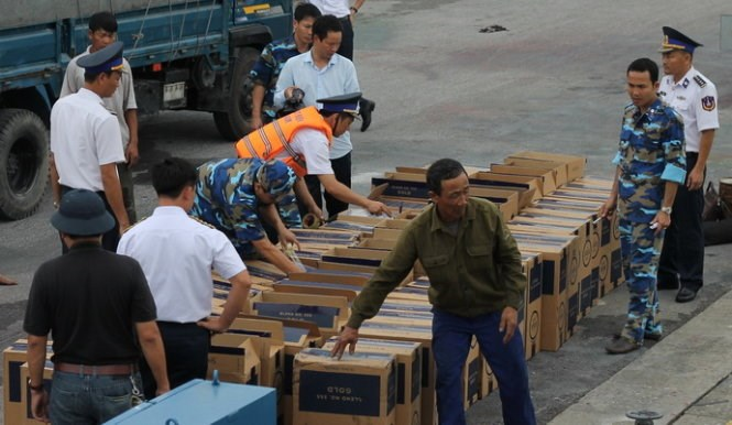 Police check the haul of smuggled cigarettes. Photo credit: Tuoi Tre