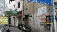 While tanks of free iced tea are common on Ho Chi Minh City streets, Alley #96 off Phan Dinh Phung Street is unique for providing things like medicines and even coffins for free for poor people. Photo: Thao Vi