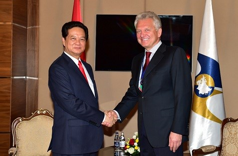 Prime Minister Nguyen Tan Dung (L) shakes hands with Viktor B. Khristenko, Chairman of the Eurasian Economic Commission in Kazakhstan on May 29, 2015. Photo credit: VGP News