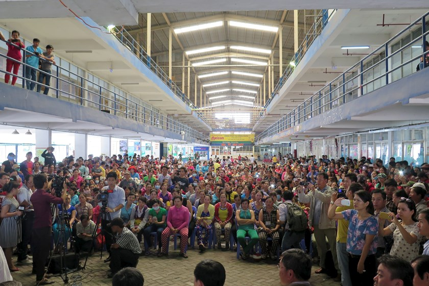 Workers of Pou Yuen Vietnam gather for a negotiation with labor union officials at their factory on the fifth day of their strike in Vietnam's southern Ho Chi Minh City March 31, 2015. Photo: Reuters