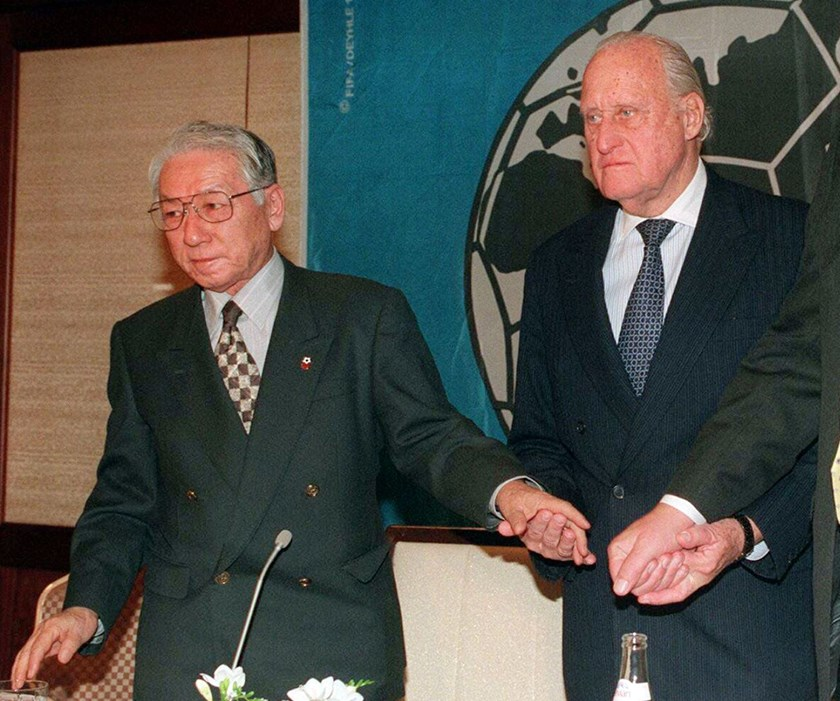 This file picture taken on November 24, 1997 shows former Japan Football Association president Ken Naganuma (L) and former FIFA president Joao Havelange (R) in Tokyo. Photo: AFP