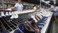 Workers at a footwear factory in Hanoi. Photo: Reuters