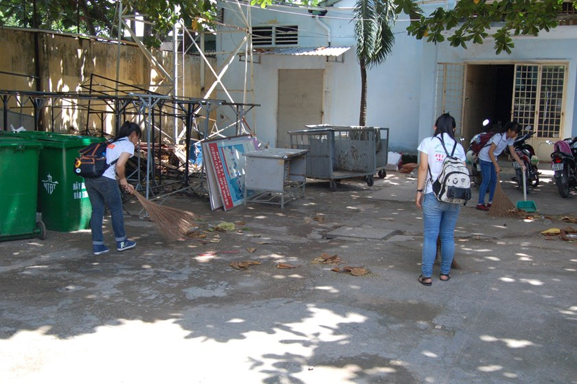Volunteers clean up the yard of Hiep Binh Center for the Disabled in Ho Chi Minh City on August 23, 2015. Photo courtesy of South African Consulate in HCMC