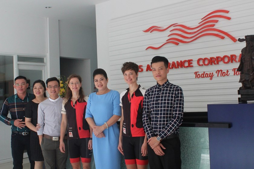 Do Thi Kim Lien (3rd from the right), South African Honorary Consul in Ho Chi Minh City, pose a photo with Ness and Vicky on September 10, 2015. Photo courtesy of South African Consulate in HCMC