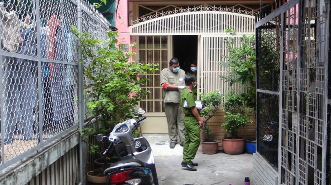 Police in Ho Chi MinH City examine the house where a Vietnamese-American man was found dead. Photo credit: Tuoi Tre