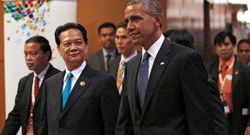 US President Barack Obama (C) walks with Vietnamese Prime Minister Nguyen Tan Dung (2nd L) as he arrives for a US-ASEAN meeting at the Association of South East Asian Nations (ASEAN) Summit in Kuala Lumpur, Malaysia November 21, 2015. Photo: Jonathan Ernst/Reuters