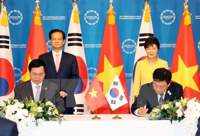 Vietnam and South Korea signed the free trade agreement in Hanoi on May 5, 2015. Photo: Vietnam News Agency